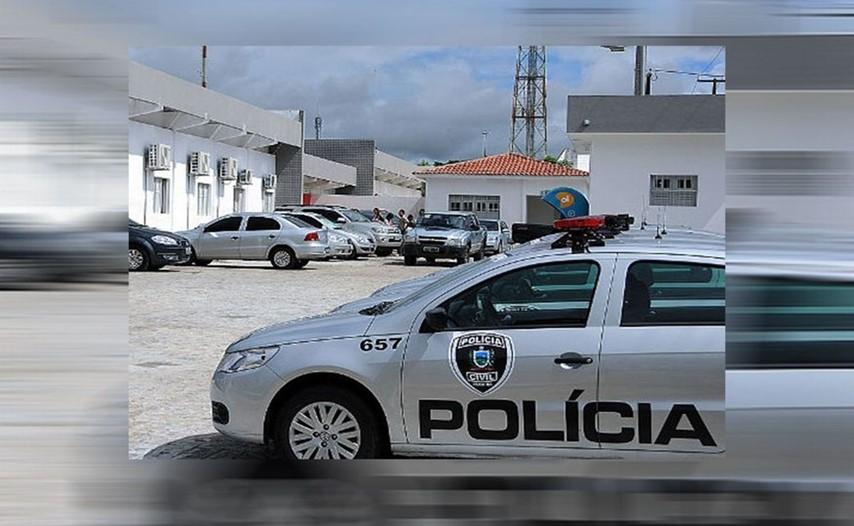 O rapaz foi levado pelo pai na Central de Polícia. Já o segundo homem apontado como responsável pelo crime segue foragido. (Foto: Reprodução)