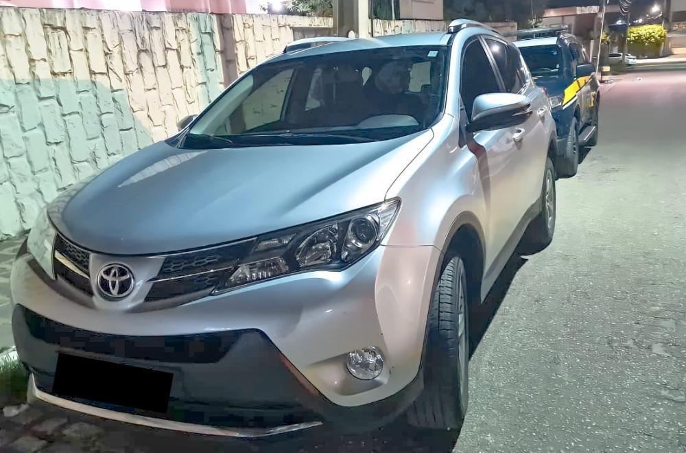 O veículo foi roubado há pouco mais de 3 meses e circulava com sinais de identificação veicular adulterados (Foto: Divulgação PRF)